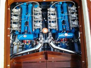 Két darab V12-es Lamborghini motor